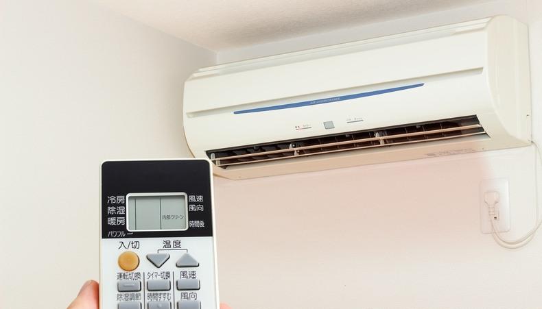 汗の臭いを抑えるためには、エアコンの設定温度を下げすぎないことも大切です。
