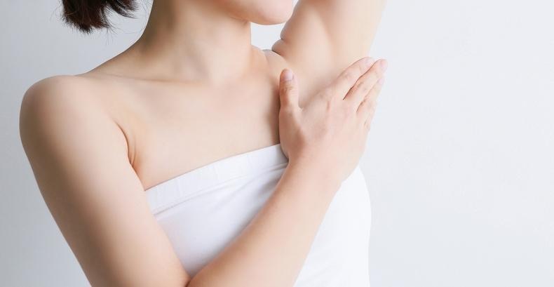 腋毛を処理することも、汗の臭いを抑えるには効果的です。