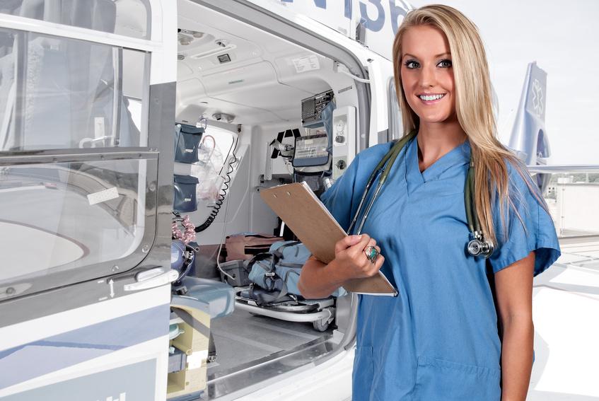フライトナースの仕事は迅速な出動から初療、そして患者の搬送まで多岐にわたります。