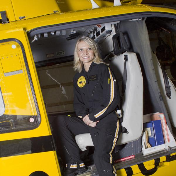 「フライトナース」とは、ドクターヘリに搭乗して、救急現場にいち早く駆けつけ、患者さんの命を救う看護師のことです。