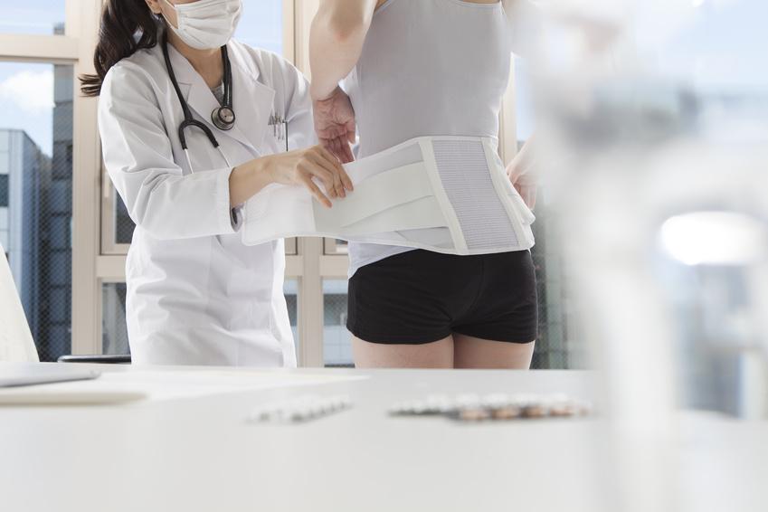 慢性的な腰痛に悩んでいる看護師さんは、勤務中はコルセットをつけましょう。